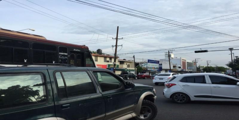 No funcionan semáforos por la Andrade y Francisco Zarco