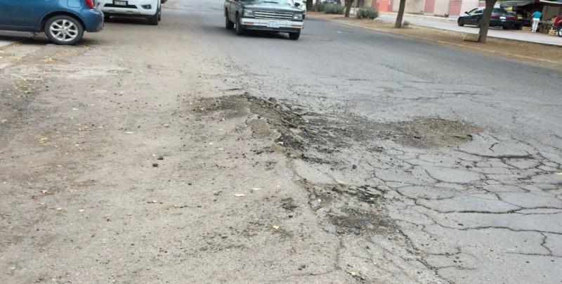 Destrozado pavimento por el Boulevard Diamantes