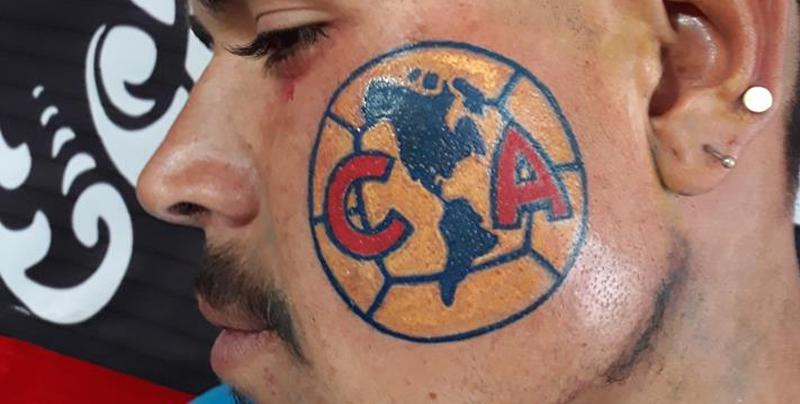 Fan se tatúa escudo del América en su mejilla