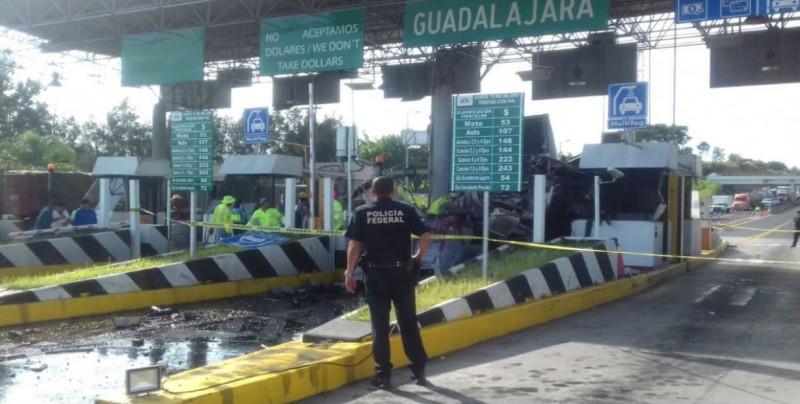 Tráiler se impacta en caseta de cobro Guadalajara-Tepic
