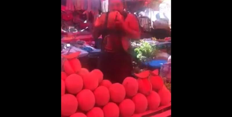 #Video Lame un melón y lo ofrece a los clientes en un tianguis