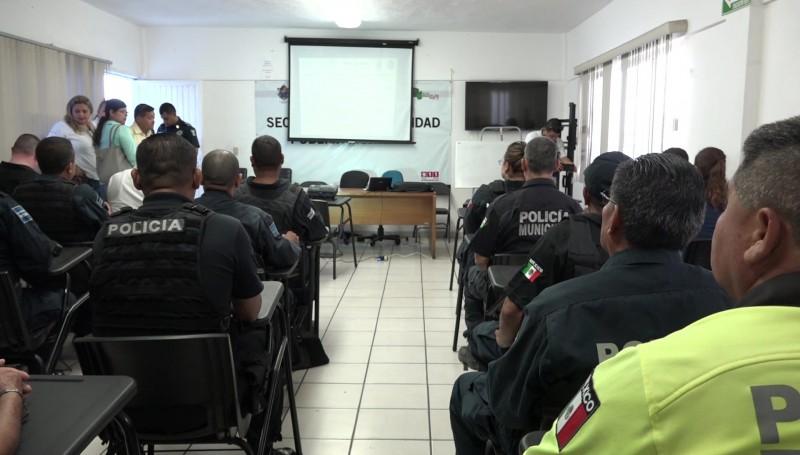 Capacitan a policías en proximidad social