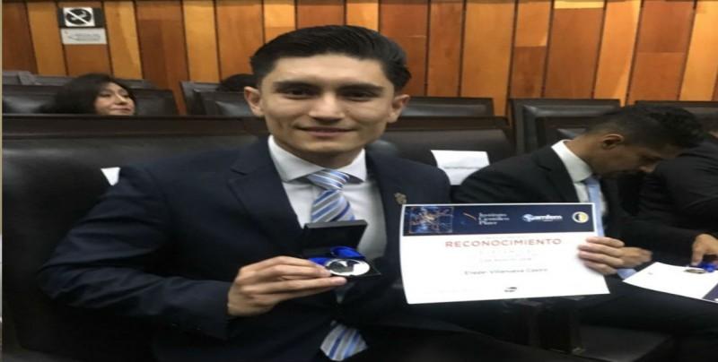 Alumno de la U.A.S. recibe premio Pfizer
