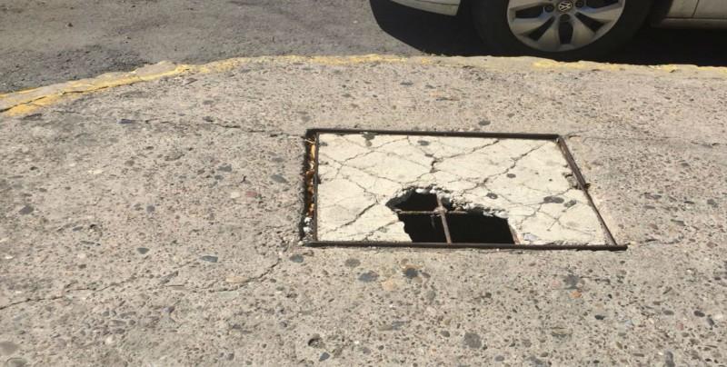 Muy desgastada una tapadera de registro en pleno centro de Culiacán