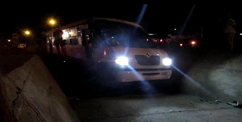 Durante intento de asalto, cae camión urbano a canal pluvial