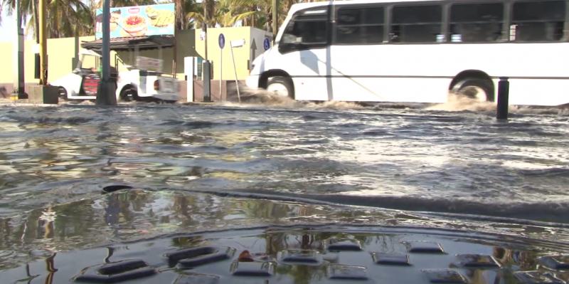Se registra fuerte inundación en Avenida Camarón Sábalo