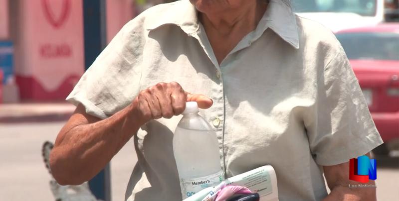 Ciudadanos cajemenses reciben agua embotellada