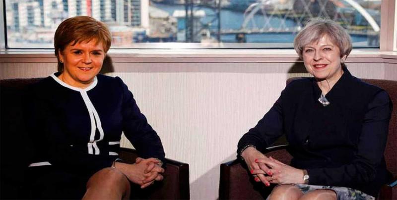 """May y Sturgeon abordan sus diferencias sobre el """"brexit"""" en Edimburgo"""