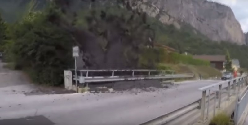 #Video Impresionante 'erupción' de barro y de rocas en un pueblo de Suiza