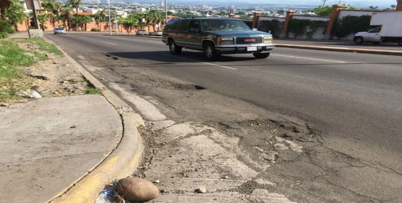 Se empieza a dañar pavimento de un carril de la Álvaro Obregón