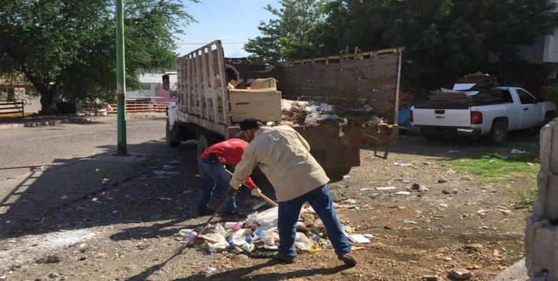 Recogen basura y muebles en Avenida Cerro de la Chiva