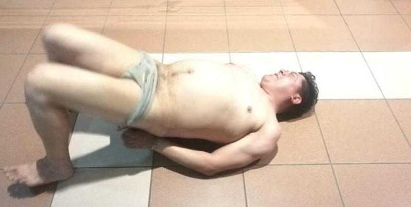 Diputado ebrio se desnuda en aeropuerto