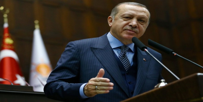 Erdogan pide a los turcos que cambien dólares para frenar la caída de la lira
