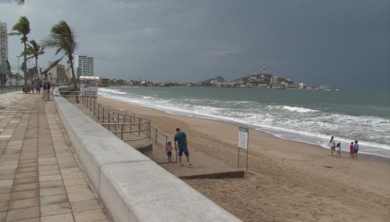 Continúa oleaje intenso en Mazatlán