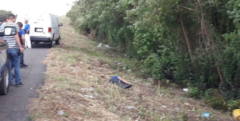 A un costado de la carretera encuentran a persona asesinada