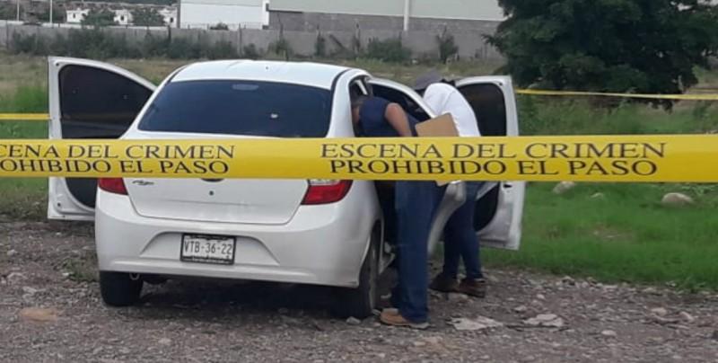 Lo encuentran asesinado al interior de automóvil