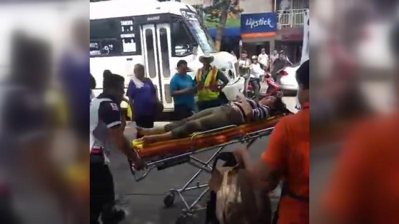 Mujer es atropellada en el centro por camión urbano