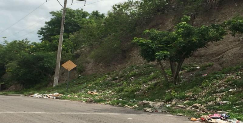 Comienza a llenarse de basura el cerro de la colonia Rosales