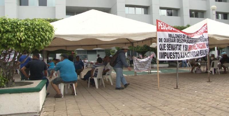 Continúa manifestación de pescadores a las afueras de Conapesca