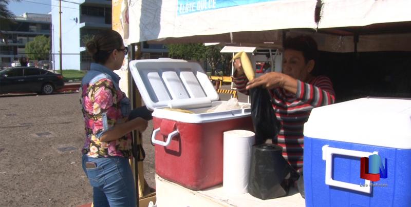 En Cajeme, la señora Beatriz se gana la vida con la venta de tamales