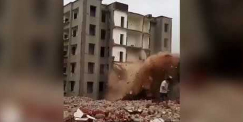 #Video: Por poco no la cuenta, hombre logra escapar de derrumbe