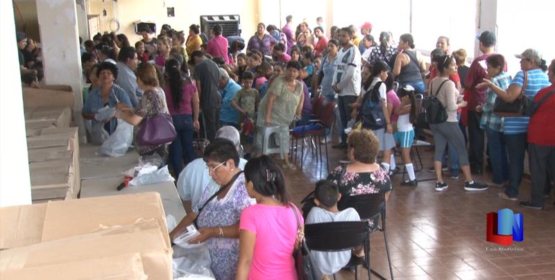 En Cajeme, largas filas para entrega de uniformes escolares