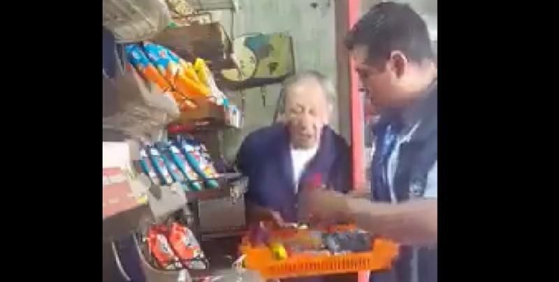 Graban a empleado de Bimbo robando a un anciano