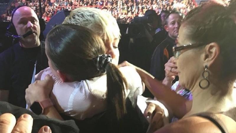 Pink abraza a una joven fan en duelo