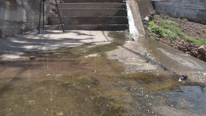 Denuncian fuga constante de agua en tanques de JAPAC en colonia Rosales