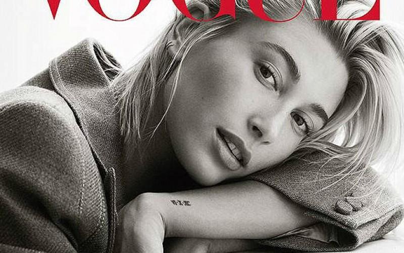 Hailey Baldwin presume su anillo de compromiso para Vogue México
