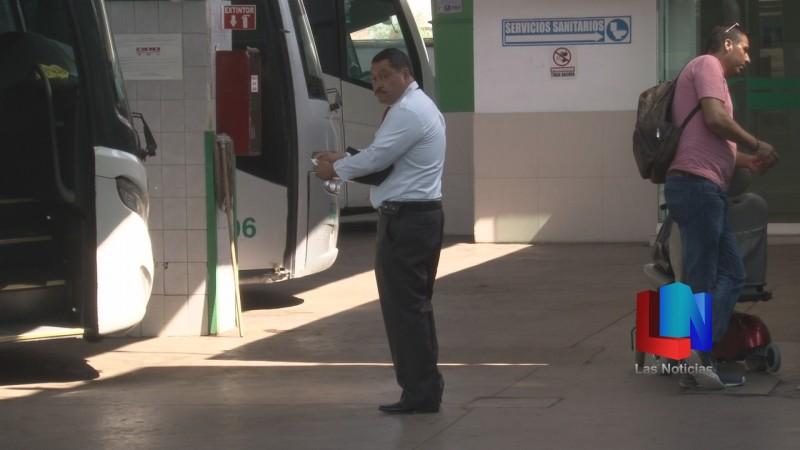 Revisan médicos a operadores en la Central Camionera