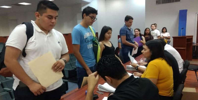 Jóvenes acuden a inscribirse en la Facultad de Medicina