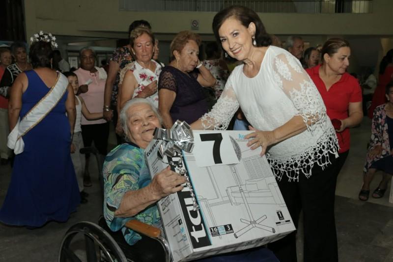 DIF Mazatlán celebra a los abuelos con comida y baile