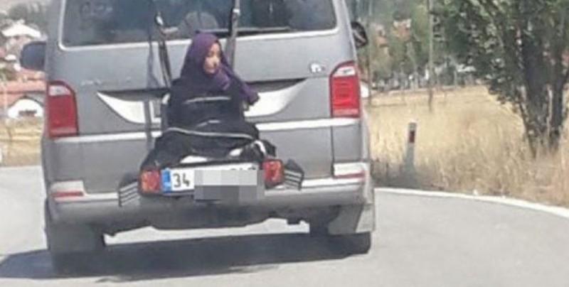 #Video Lo detienen por manejar con su hija atada a la parte trasera del carro