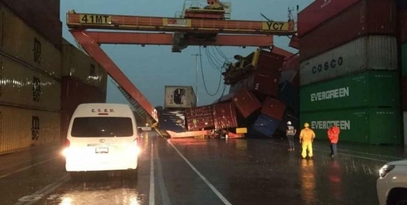 Vientos derrumban grúa sobre contenedores en Manzanillo