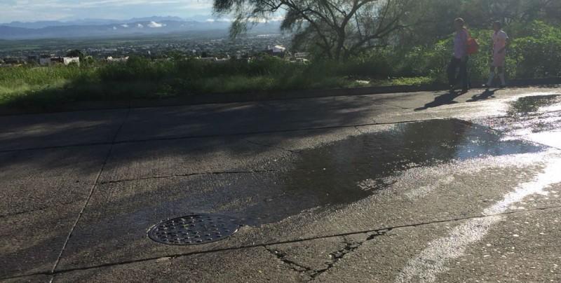 Fuga de drenaje por las calles 22 de diciembre y Montebello