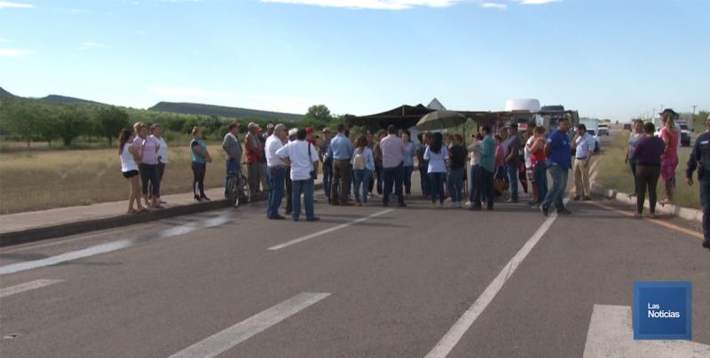 En Cajeme, vecinos de Hornos bloquean carretera para exigir agua potable