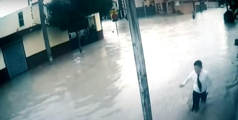 #Video Se electrocutan con poste de luz en inundación