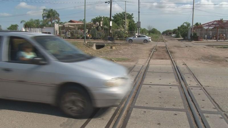Pide Protección Civil tener precaución con paso de vías del tren