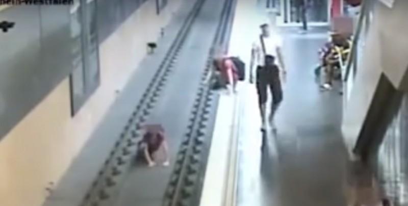 Discute con su pareja, después empuja a desconocido a las vías del metro