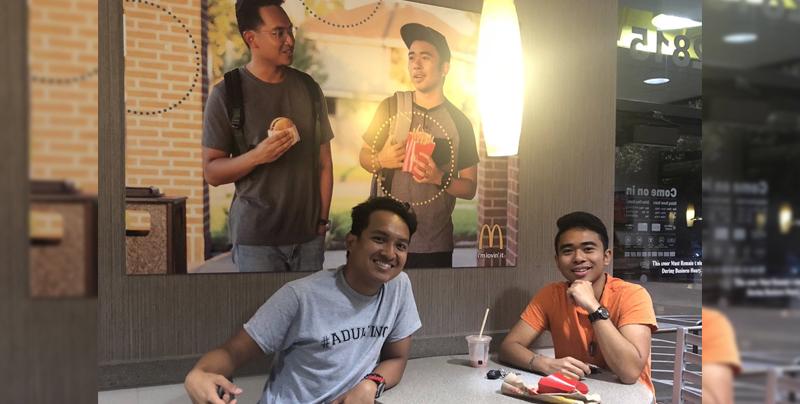 Colgaron un poster de ellos mismos en un McDonald's sin que alguien se diera cuenta