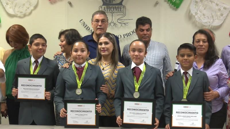 Alumnos destacados reciben reconocimiento a su esfuerzo