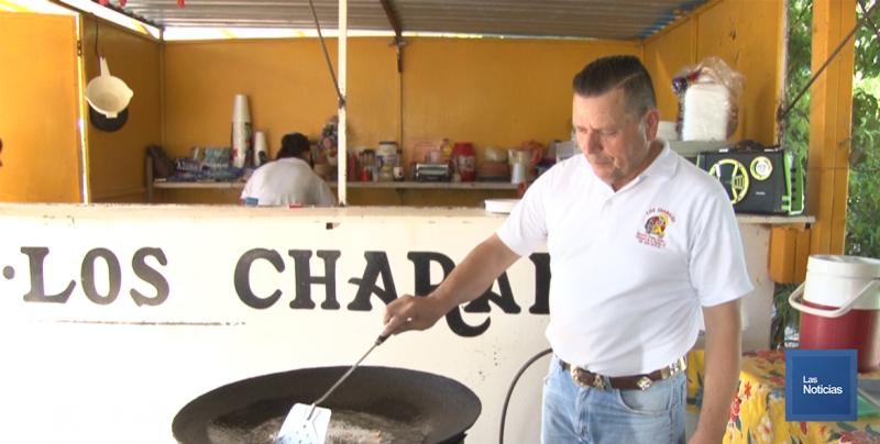 """En el Tobarito, vecino se gana la vida ofreciendo sabrosos """"Tacos Fish"""""""