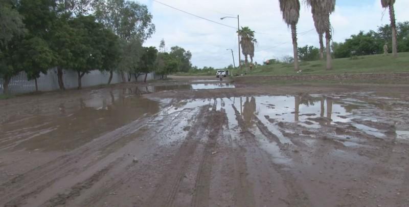 Desfogan aguas de una laguna ubicada a un costado del Congreso del Estado