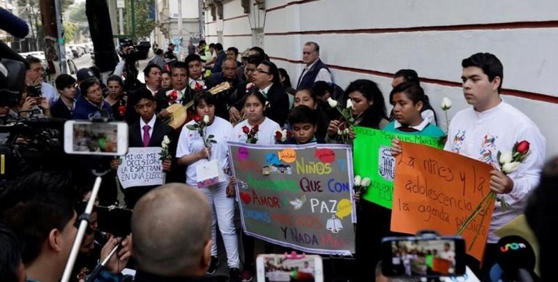 Niños dedican serenata a López Obrador para que vele por sus derechos