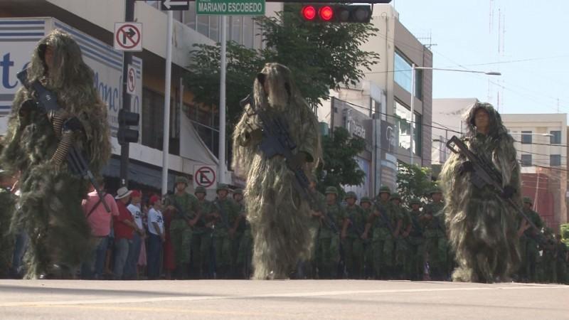 Muestran fuerza militar durante desfile en Culiacán
