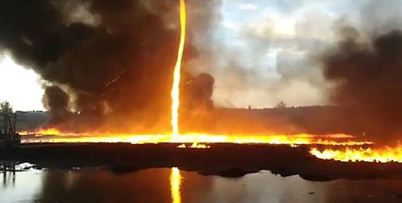 Sorprendente tornado de fuego durante un incendio en una fábrica
