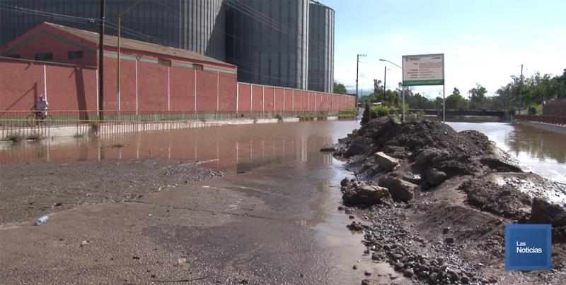 En Cajeme, pasos a desnivel inundados