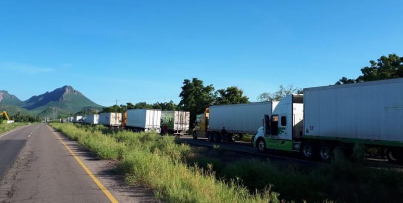 Cientos de transportistas detenidos en la carretera México 15 a la altura del El Carrizo