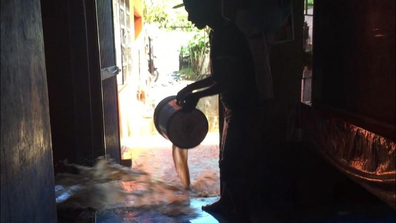 En Villa Juárez siguen sacando agua de sus casas, tras inundación
